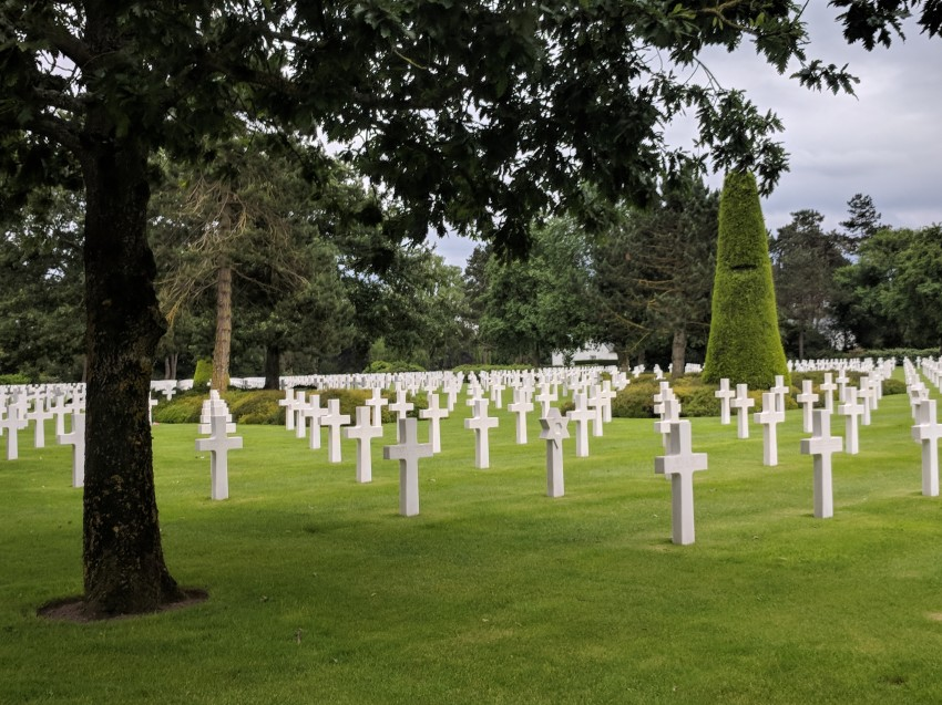 The crosses of the American cemetery face the United States.